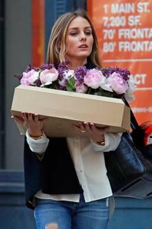 Was Olivia Palermo wohl mit der Kiste voll Blumen in Brooklyn vor hat?