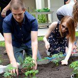 """Die Schauspieler Andrew Garfield und Emma Stone bepflanzen in der """"Hialeah Gardens Elementary School"""" in Florida mit Schülern ein Beet."""