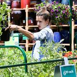 Alessandra Ambrosio kauft in einem Gartencenter in Brentwood nach Lust und Laune für ihren heimischen Garten ein.