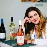 Drew Barrymore ist eine wahre Weinkennerin und Freundin des edlen Tropfens. Daher ist sie auch unter die Weinhändler gegangen und kreiert und verkauft ihre eigenen Sorten.