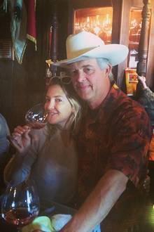 Kate Hudson genießt mit ihrem Winzer Peter ein Gläschen Wein.