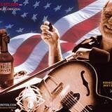 """Dass Willie Nelsson kein Wein anbaut ist klar, oder? Seine Whiskey-Marke trägt den Namen """"Old Whiskey River Bourbon"""", angelehnt an seinen Song """"Whiskey River"""". Zu jeder bestellten Flasche liefert er übrigens einen Satz neue Gitarrensaiten mit."""