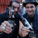 """Alec Völkel und Sascha Vollmer von """"The BossHoss"""" sind unter die Bierbrauer gegangen und vertreiben ihr Hopfenprodukt zukünftig Online und in ausgewählten Kneipen."""