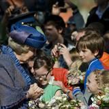 Die Königin nimmt Blumen von ihren kleinen Fans entgegen.