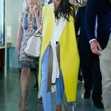 Den ärmellosen Mantel aus der eigenen Herbst-Kollektion 2013 zeigt Victoria gerne. Bei ihrer Ankunft in Peking in für sie ungewöhnlichem Neongelb mit babyblauer Hose.