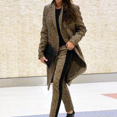 Bei ihrer Ankunft in New York präsentiert sich Victoria Beckham mit diesem braun-schwarzen Tweed-Ensemble businesslike und britisch zugleich.