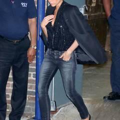 Glamour trifft Streetstyle: Zum abendlichen Dinner in New York kombiniert Victoria Beckham eine schwarz-glitzernde Pailletten-Bluse mit ihrer Lieblingsjeans.