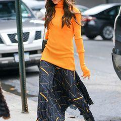 Gute-Laune-Outfit! In leuchtendem Gelb-Orange und mit weich fließendem Midi-Rock macht sich Victoria auf den Weg zu ihrem Studio in Chelsea.