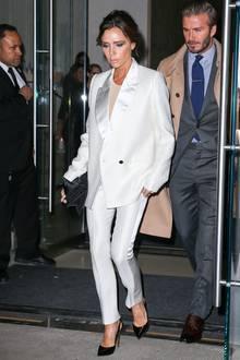 Im weißen Tuxedo mit Satin-Revers ist Victoria Beckham bei ihrem Dinner-Date mit Ehemann David ein ganz besonderer Hingucker.