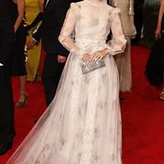 Lily Collins zeigt in diesem Valentino-Kleid ihre romantische Seite.