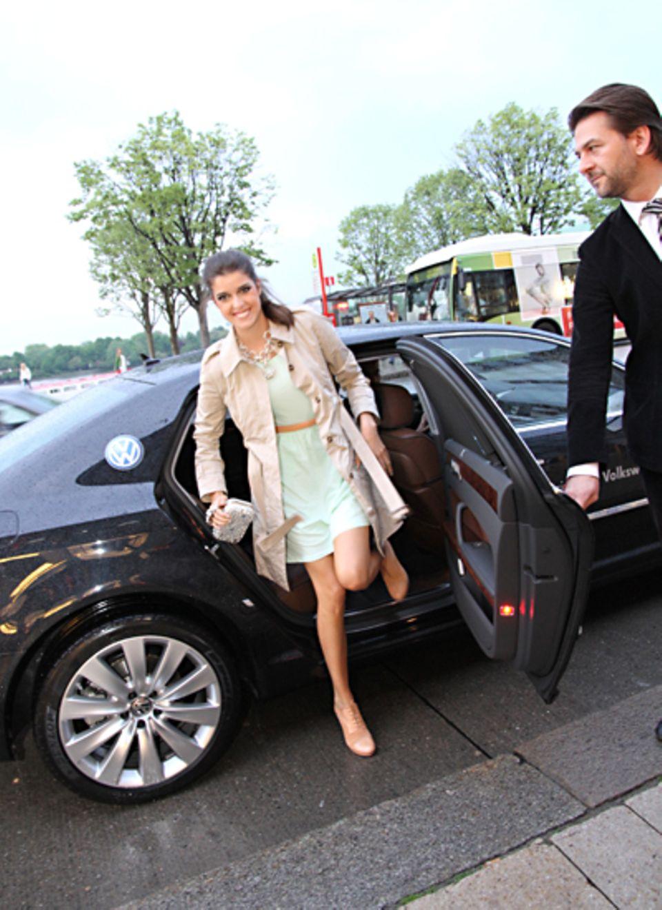 Auch Marie Nasemann freut sich über die Fahrt im VW Phaeton.