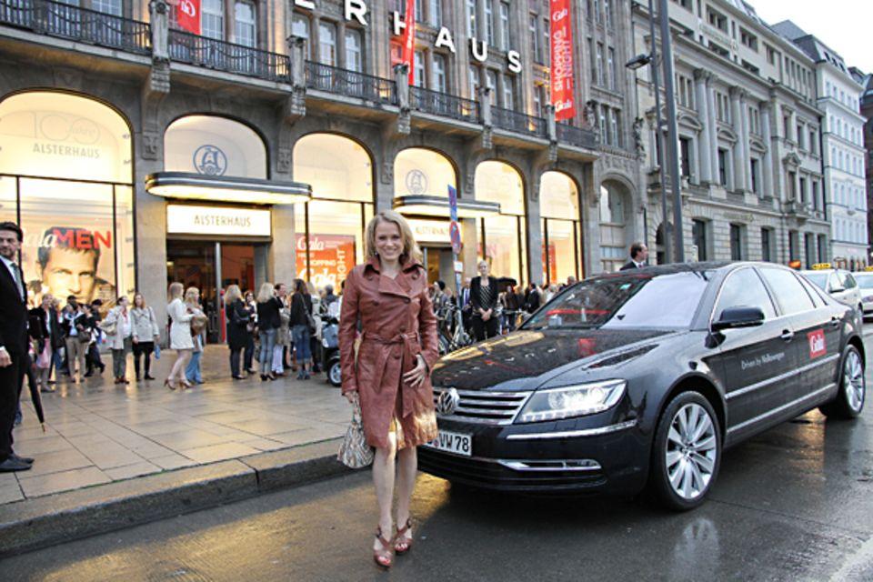 "Nova Meierhenrich ist dank des ""VW Phaeton""-VIP-Shuttles trockenen Fußes ins Alsterhaus gekommen."