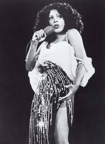 Lasziv und aufreizend: Donna Summer galt nicht nur wegen ihrer Songs als Sex-Ikone. Auch die knappen Bühnenoutfits, oft mit Pail