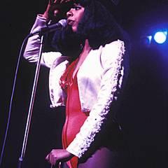Spiel mit Kontrasten: Donna Summer liebte Mode-Experimente auf der Bühne und kombinierte strenge Accessoires wie den Zylinder ge