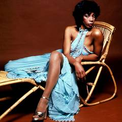 Nur zu gerne ließ sie sich abseits der Bühne für Fotoshootings als Diva inszenieren. Das blaue Kleid mit hohem Beinschlitz könnt