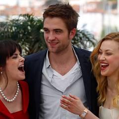 Cannes 2012: Robert Pattinson wird von Emily Hampshire und Sarah Gadon in die Mitte genommen.