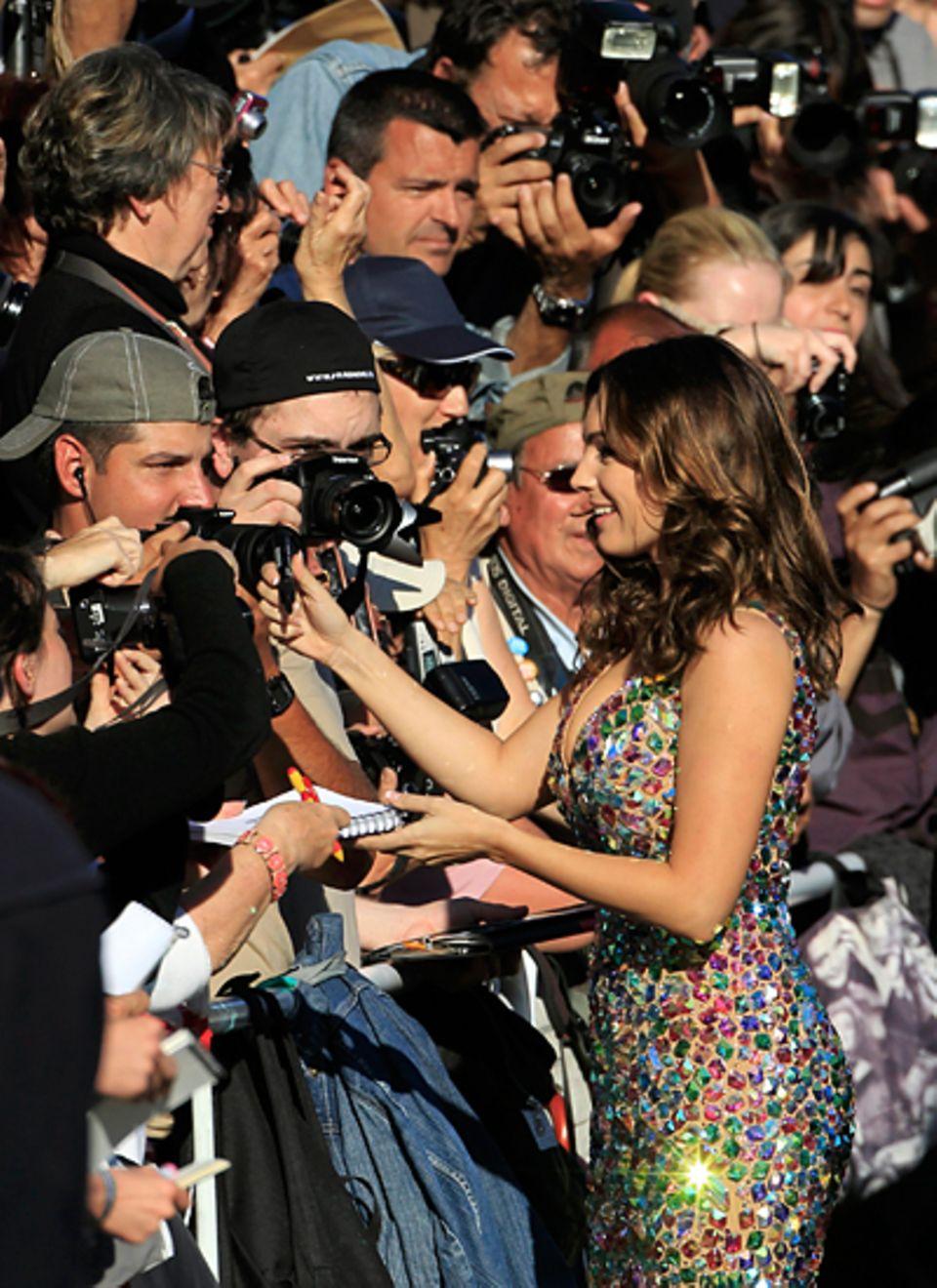Cannes 2012: Kelly Brook gibt fleißig Autogramme.