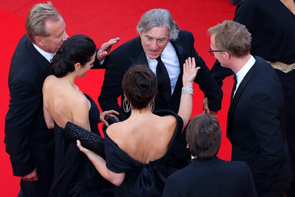 Cannes 2012: Robert De Niro wird auf dem roten Teppich freudig bergrüßt.
