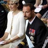 Zwei der fünf Taufpaten, Prinzessin Mary und Prinz Haakon, verfolgen gut gelaunt und andächtig die Zeremonie.
