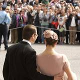 Viele Schweden sind zur Stockholmer Schlosskirche gekommen, um die Taufe ihrer kleinen Prinzessin mit dem Kronprinzenpaar zu fei