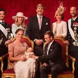 Das offizielle Bild mit den Taufpaten: Prinzessin Victoria, Täufling Prinzessin Estelle und Prinz Daniel mit Prinz Philip, Anna