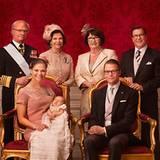 Das offizielle Bild mit den Eltern: Prinzessin Victoria, Täufling Pronzessin Estelle und Prinz Daniel mit König Carl Gustaf, Kön