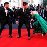 Der Gang über den roten Teppich beim Filmfestival in Venedig wird Jingke Liang sicherlich noch lange in Erinnerung bleiben. Sie verheddert sich mit ihren Schuhen und dem Kleid und gerät ins Straucheln ...
