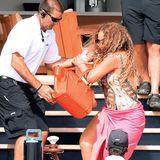 Ganz schön steiler Abgang: Mariah Carey wird von einem Bodyguard gerade noch rechtzeitig gehalten.