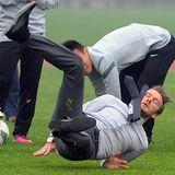 Was für ein Schuss: David Beckham reißt es die Füße unterm Boden weg als er abzielt.