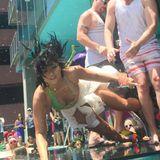 """Stage-Diving einmal anders: Demi Lovato stürzt ziemlich uncool vor hunderten von Fans auf der """"KISS FM Summer Pool Party"""" In Los Angeles."""