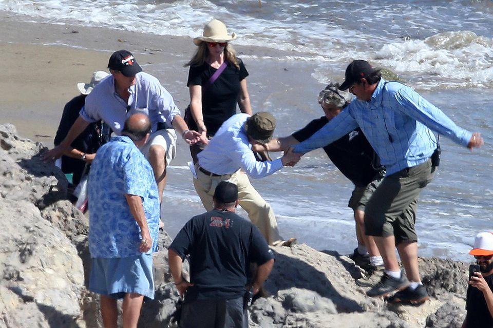 Bei Dreharbeiten kommt Regisseur Woody Allen zwischen den Felsen ins Straucheln. Seine Crew eilt ihm zur Hilfe.