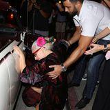 Lady Gaga will in West Hollywood eigentlich ganz cool ins Cabrio einsteigen. Allerdings hat sie diese Rechnung ohne ihr langes Kleid und die hohen Schuhe gemacht. Ein junge Mann eilt der Sängerin allerdings sofort zu Hilfe.