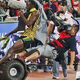 Nach seinem Sieg beim 200m Sprint in Peking wird Usain Bolt von einem Kameramann mit einem Segway umgefahren. Der Sportler nimmt es mit Humor und lässt sich die Freude über seinen Sieg nicht verderben.