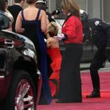 """Wie schon im Vorjahr werden bei Jennifer Lawrence die """"Academy Awards 2014"""" zur Stolperfalle. Bei ihrer Ankunft auf dem roten Teppich kommt die Schauspielerin ins Straucheln und muss von den umstehenden Polizisten gestützt werden."""