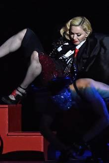 """Schrecksekunde: Madonna singt """"Living For Love"""" und stürzt während ihrer Performance rückwärts eine Treppe hinunter. Ungerührt macht sie allerdings weiter."""
