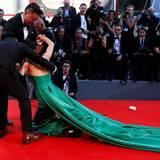 ... Schnell eilen der Schauspielerin ihre Begleiter zur Hilfe. Zu allem Übel ist auch noch der Inhalt ihrer Tasche über den Boden verteilt.