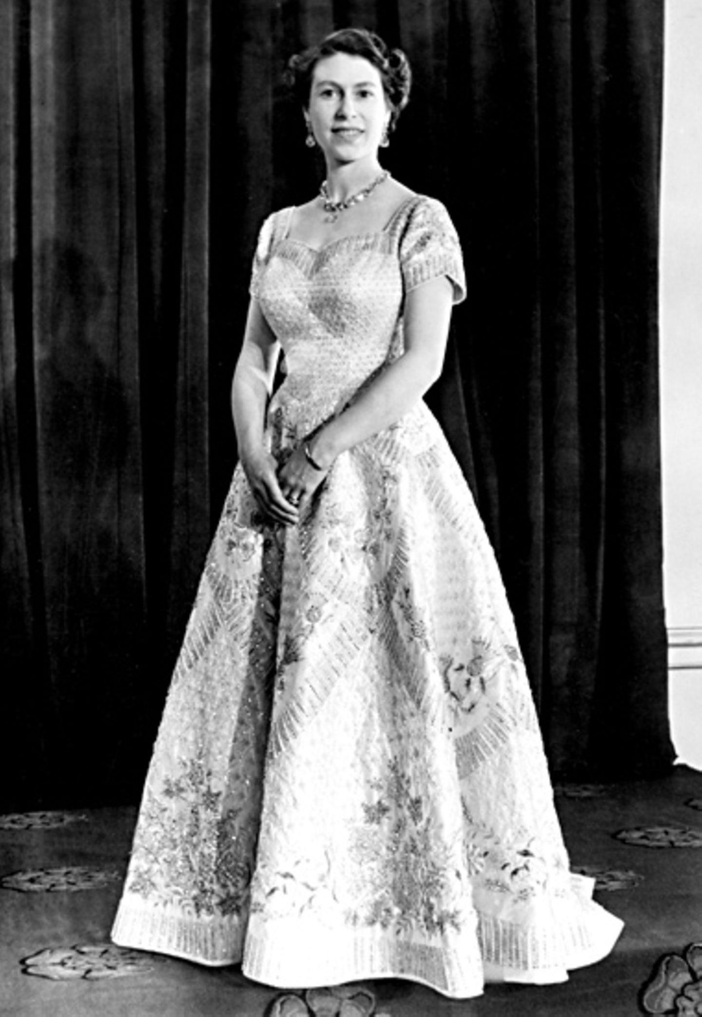 1954: Das Krönungskleid von Norman Hartnell