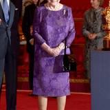 Auch kräftiges Lila in Form diese eleganten floralen Kleides gehört ins Farbspektrum des königlichen Kleiderschrank.