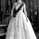 1953: Queen Elizabeth in Norman Hartnell