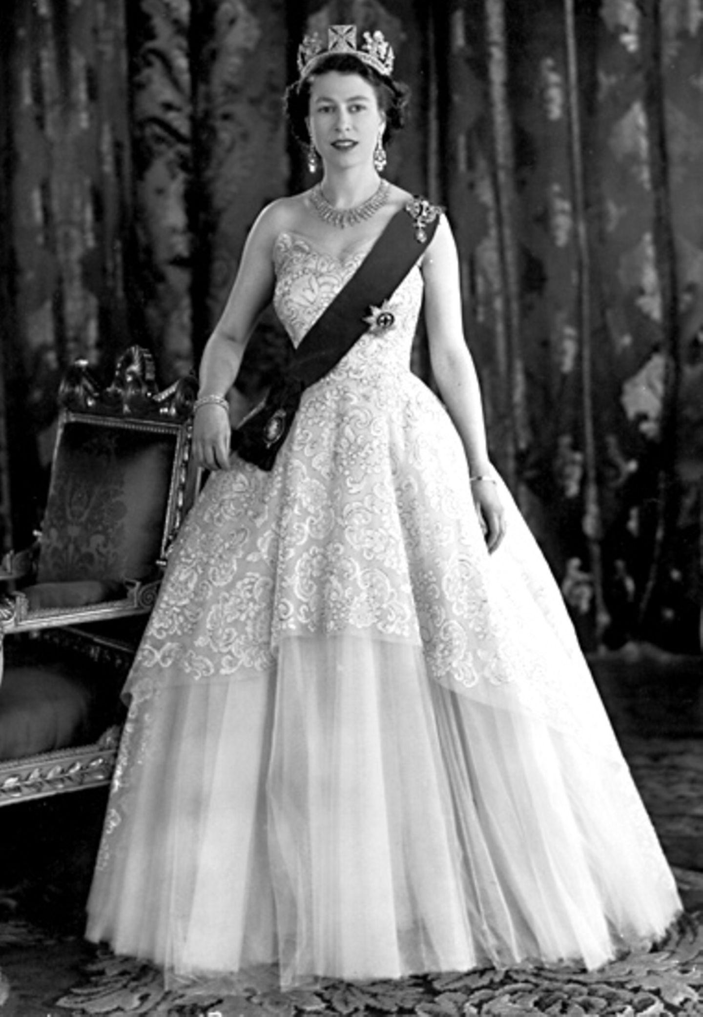1953: Queen Elizabeth in Norman Hartnell