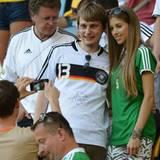 Die Freundin von Verteidiger Mats Hummels, Cathy Fischer, posiert vor der Partie mit Fans auf der Tribühne.