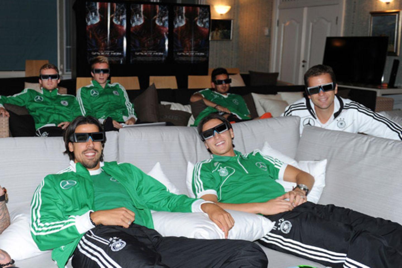 Sami Khedira, Mesut Özil, Andre Schürrle, Marco Reus, Ilkay Guendogan und Oliver Bierhoff gönnen sich eine wohlverdiente Pause u