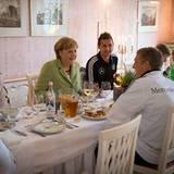 Vor dem Tunierstart besucht Bundeskanzlerin Angela Merkel das DFB-Team in seinem Mannschaftsquatier im polnischen Sopot. Bei ein