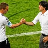 Bundestrainer Jogi Löw nimmt Lukas Podolski in der zweiten Halbzeit gegen Dänemark vom Platz. Für den Ex-Kölner ist es sein 100.