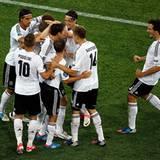 Torjubel ist der schönstre Jubel: Mario Gomez schießt die deutsche Mannschaft zum 2:1-Sieg gegen die Niederlande.