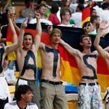 Auch diese jungen Herren gehören eindeutig zu den Fans von Mats Hummels.