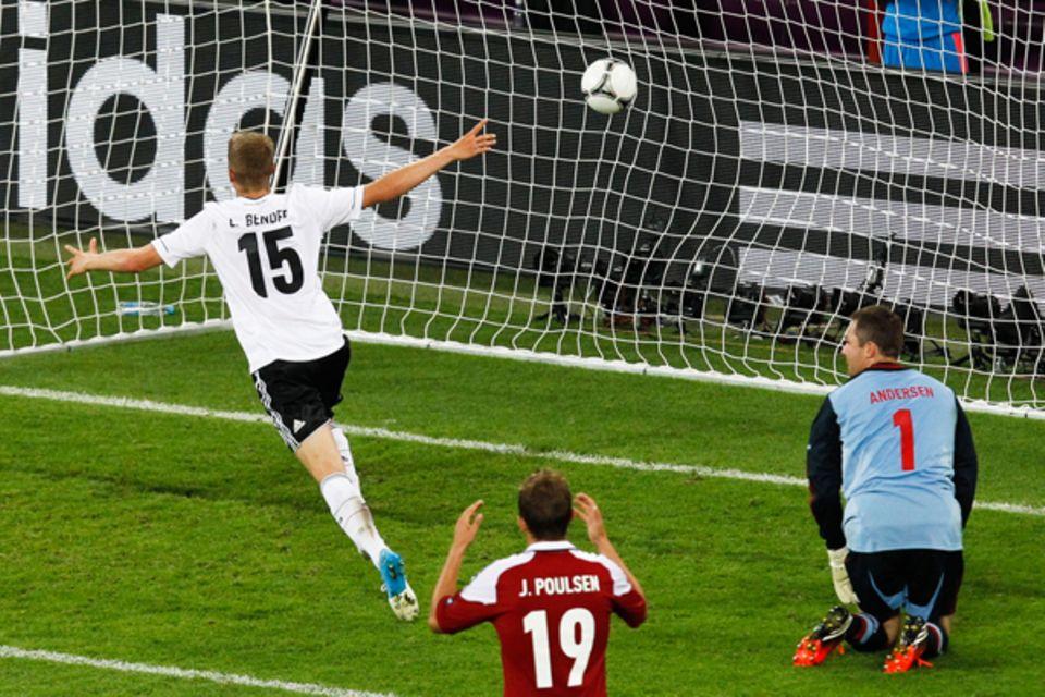 In dem letzten Vorrundenspiel gegen Dänemark ersetzt Lars Bender den gesperrten Jérôme Boateng. In der 80. Spielminute rennt der