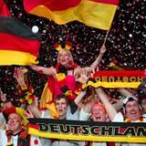 Die deutschen Fans feiern auf der Berliner Fanmeile den 2:1-Sieg gegen die holländische Mannschaft.