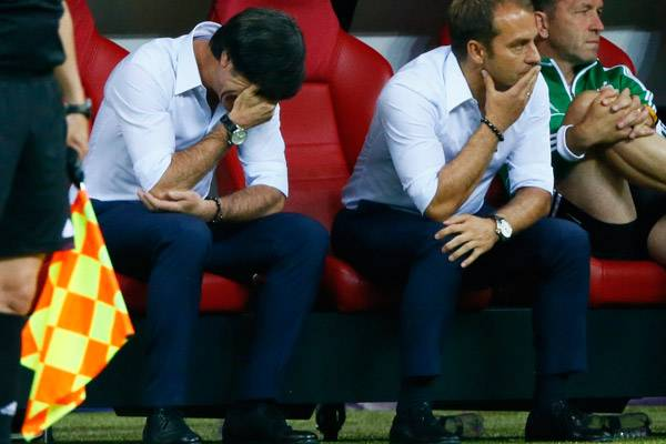 Niedergeschlagen muss Jogi Löw das EM-Aus seines Teams hinnehmen.