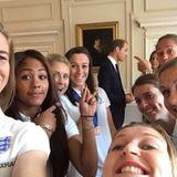 9. Juli 2015:  Nach dem erfolgreichen dritten Platz der Frauen–WM sind die Spielerinnen im Kensington Palace zum royalen Frühstück eingeladen und ganz aufgeregt, dass Prinz William wahrhaftig hinter ihnen steht. Schnell noch ein Selfie.